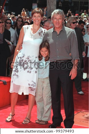 26JUL99: Actor RICHARD GERE & actress girlfriend CAREY LOWELL & her daughter HANNAH at Mann's Chinese Theatre, Hollywood, where he had his hand & footprints set in cement.  Paul Smith / Featureflash - stock photo