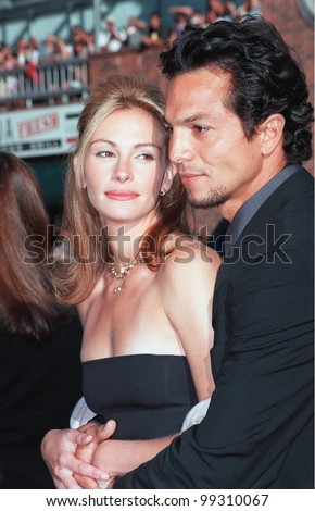 """25JUL99: Actress JULIA ROBERTS & actor boyfriend BENJAMIN BRATT at the Los Angeles premiere of her new movie """"Runaway Bride"""" in which she stars with Richard Gere.         Paul Smith / Featureflash - stock photo"""