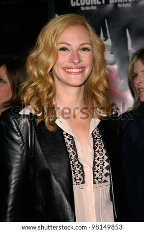 Actress JULIA ROBERTS at the world premiere, in Los Angeles, of her new movie Ocean's Eleven. 05DEC2001.  Paul Smith/Featureflash - stock photo