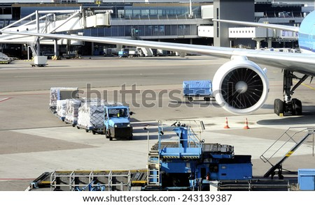 AMSTERDAM SCHIPHOL,HOLLAND-November 1, 2014;Loading an airplane with airfreight at Schiphol airport.November 1, 2014, Amsterdam Schiphol, Holland - stock photo