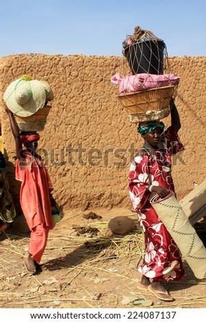 BANDIAGARA, MALI - SEPTEMBER 29, 2008:  Unidentified woman in bandiagara in the Mopti region in Mali on september 29, 2008, Bandiagara, Mali - stock photo