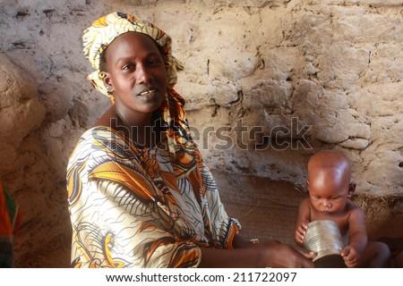 BANDIAGARA, MALI - SEPTEMBER 28, 2008: Unidentified woman with her baby in bandiagara in the Mopti region in Mali on september 28, 2008 , Bandiagara, Mali - stock photo