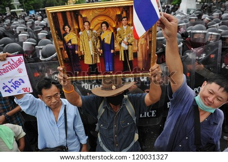 BANGKOK - NOV 24: Nationalist anti-government protesters from Pitak Siam rally at Makhawan Bridge on Nov 24, 2012 in Bangkok, Thailand. Pitak Siam are calling for the government to be overthrown. - stock photo