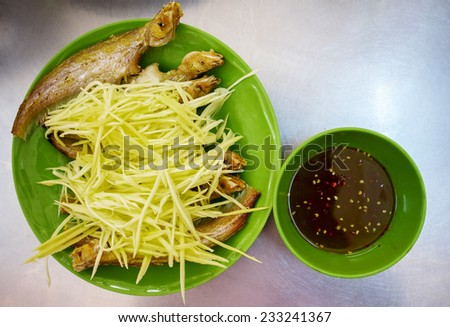 CA KET CHIEN XU - Fried fish served with rice paper, typical Vietnamese cuisine - stock photo