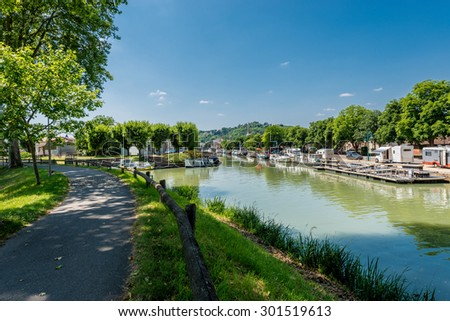 Canal de Garonne dates from the 19th century and connects Toulouse to Castets-en-Dorthe in Moissac, Castelsarrasin, Tarn-et-Garonne, Midi-Pyrenees, France - stock photo