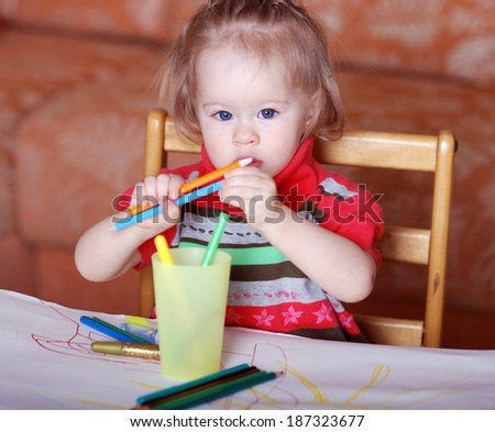 Child draws wits crayons - stock photo
