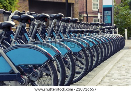 "City Bike Rental - Stock Image, a row of bikes for hire as part of a new scheme to encourage ""pedal power"" in the City of London. Sponsor's branding carefully removed, VINTAGE - stock photo"