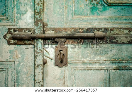 Close up of rusted keyhole on green wooden door / Rusted keyhole on green wooden door/ Rusted keyhole on wooden door (keyhole, rusted, door) - stock photo