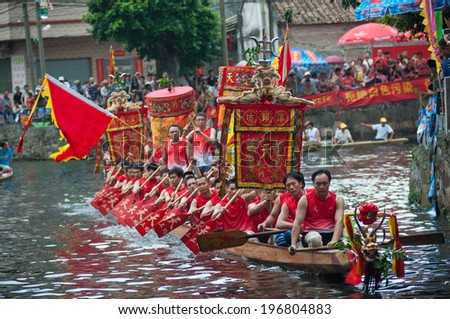 Foshan â ��June 3:The dragon boat competition held in Fenjiang River, 17 dragon boat to participate, attracting a large number of people to watch, Qingyun team won the first June 3, 2014 in Foshan, China - stock photo