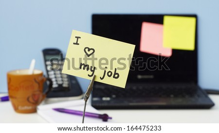 I love my job written on a memo at the office - stock photo