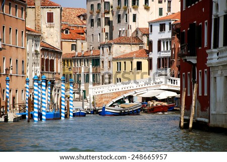 Italy, Venice. Ponte delle Guglie (1823) is the western bridge on the Cannaregio as seen from the Grand Canal. It leads from Santa Lucia railway station to the Venetian Ghetto and Strada Nova. - stock photo