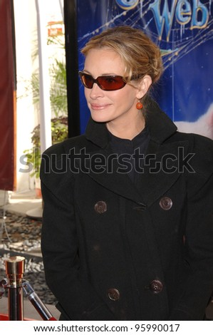 """JULIA ROBERTS at the Los Angeles premiere of her new movie """"Charlotte's Web"""" at the Arclight Theatre, Hollywood. December 10, 2006  Los Angeles, CA Picture: Paul Smith / Featureflash - stock photo"""