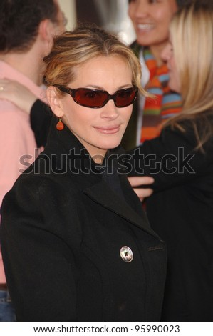 "JULIA ROBERTS at the Los Angeles premiere of her new movie ""Charlotte's Web"" at the Arclight Theatre, Hollywood. December 10, 2006  Los Angeles, CA Picture: Paul Smith / Featureflash - stock photo"
