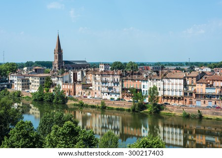 Le Tarn river passing through Montauban, Tarn et Garonne, Midi Pyrenees, France - stock photo