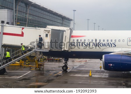 LONDO HEATHROW - APRIL 20: British Airways Airbus A320 parks at gate at Heathrow Airport in London on April 20, 2014. Heathrow had 65.7 million passengers arriving and departing in 2010. - stock photo