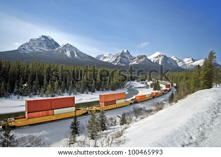 Morant's Curve, 4 kilometers east of Lake Louise on the old Highway, Banff National Park, Alberta, Canada Mount Temple (left) - stock photo