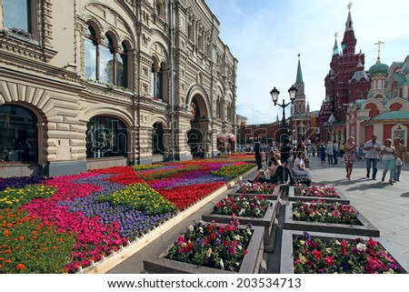 MOSCOW, RUSSIA - JULY 5, 2014: Urban scenic with flower landscaping on Nikolskaya Street in the  historic center of Moscow on july 5, 2014 .Russia. - stock photo
