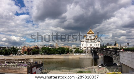 MOSCOW, RUSSIA - JUNE 10, 2015: Patriarshy footbridge and Cathedral of Christ the Saviour on  June 10, 2015 in Moscow, Russia. It is tallest Orthodox Christian church in world