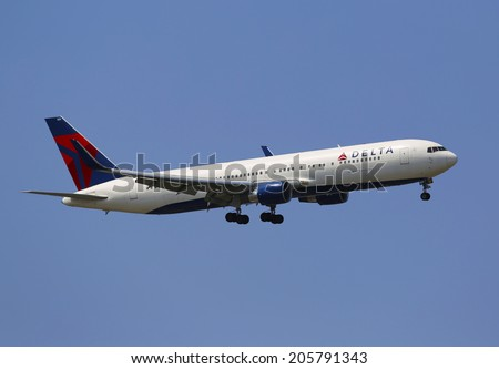 NEW YORK - JULY 10: Delta Airlines Boeing 737 in New York sky before landing at JFK Airport on July 10, 2014. Delta Air Lines and its subsidiaries operate over 5000 flights every day - stock photo