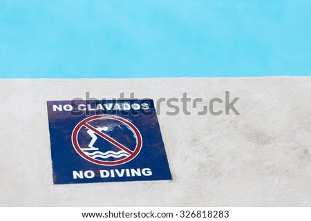 No diving sign at the poolside near swimming pool