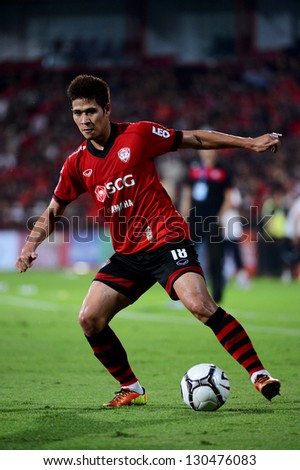 NONTHABURI THAILAND-MARCH 3:Mongkol Namnuad of SCGMuangthong Utd. action during of Thai Premier League between SCGMuangthong Utd.and  Army United F.C. on March3,2013 in Nonthaburi,Thailand - stock photo