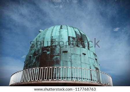 observatory for the science of astronomy at herstmonceux in england. Dome building for star telescope against blue sky - stock photo