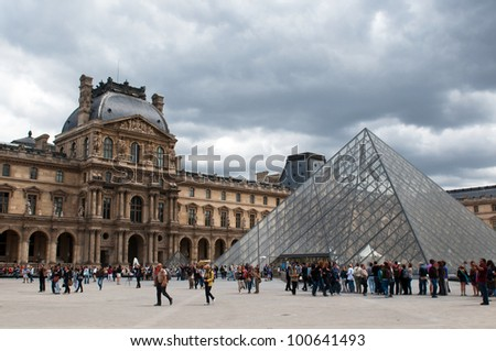 PARIS, FRANCE - MAY 26, 2011: Queue of visitors to the main entrance of the Paris`s museum - the most visited art museum in the world and a historic monument on May 26, 2011, France - stock photo