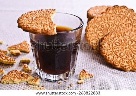 Round crackers with ornaments, sprinkled with sugar - stock photo