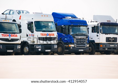 SAMARA, RUSSIA - AUGUST 20, 2011: Renault Manager car carrier at the station - stock photo
