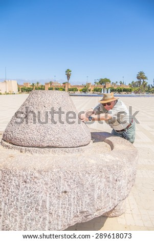 """Senior tourist and  historic quern, """"Place 20 Aout"""" in Taroudant, Morocco - stock photo"""