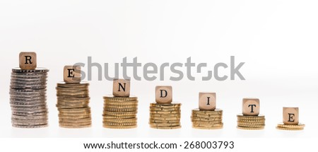 Stack of coins and wood dice with the german word return on / return on - stock photo