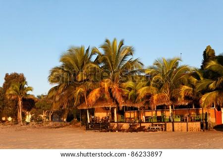 Terrasse de rêve sur la plage de sable fin au levée du jour - stock photo