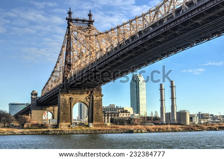 The Roosevelt Island Bridge is a lift bridge that connects Roosevelt Island in Manhattan to Astoria in Queens, crossing the East Channel of the East River. - stock photo