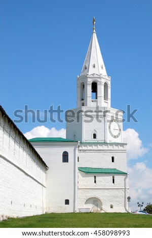 The Spasskaya Tower/Spasskaya Tower with Gate Church of the Saviour of the image - the main entrance to the Kremlin, is located in the center of the southern portion of the fortifications. - stock photo