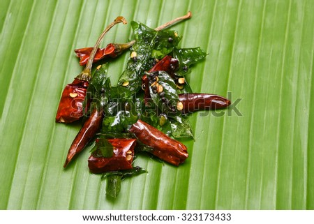 vattal mulaku, chili pepper/chile/chilli pepper from Nahuatl, genus Capsicum. Dry chilly pepper, curry leaves used as seasoning for sambar, chutney, curry. Kerala,Tamil Cusines Kashmiri/Kashmiry - stock photo
