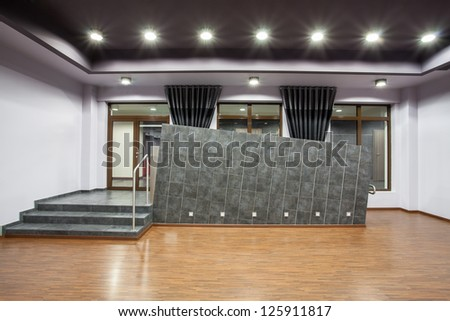 Woodland hotel - Entrance with steps and wheelchair ramp - stock photo