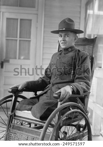 WW1 era uniformed U.S. soldier with both of his legs amputated. Ca. 1918-19. - stock photo